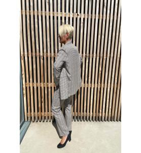 Veste tailleur coupe droite, entièrement doublée, légèrement oversize.